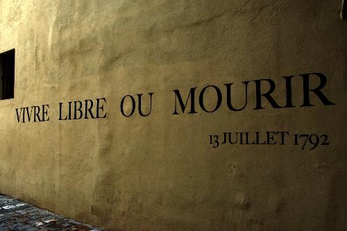 In Freiheit leben oder sterben - Inschrift beim Mémorial de la Marseillaise in Marseille