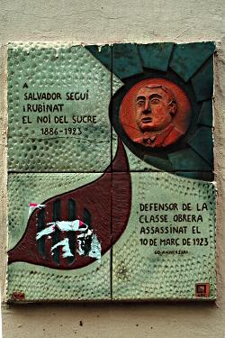 Gedenktafel an den Anarchosyndikalisten* Salvador Seguí i Rubinat, der vor 90 Jahren von Schergen carlistischer Arbeitgeber* in Barcelona erschossen wurde.