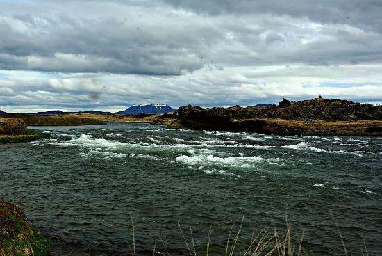 Der Fluss Laxá an der Ausmündung vom See Mývatn