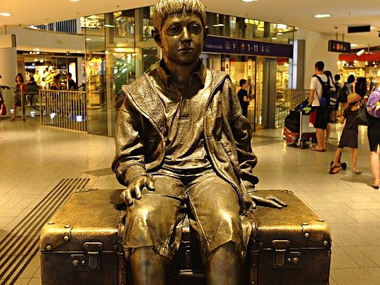 Für das Kind - Vienna, Monument von Flor Kent am Westbahnhof zur Erinnerung an die Flucht von 10.000 Kindern