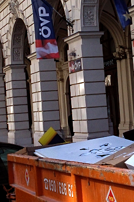 Grundsatzprogramm der ÖVP im Müllcontainer vor der Parteizentrale