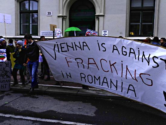 Roșia Montană-Demo vor dem rumänischen Kulturinstitut in Wien