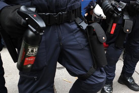 Im Krieg verboten, der Polizei erlaubt: Pfefferspray ist eine Chemiewaffe.