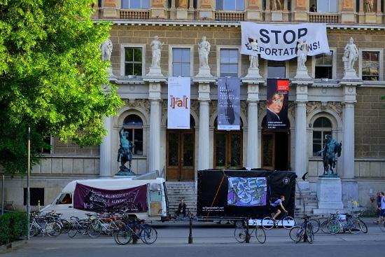 Demowagen vor der Akademie der Bildenden Kunst, Schauplatz polizeilicher Repression bei den nowkr-Protesten