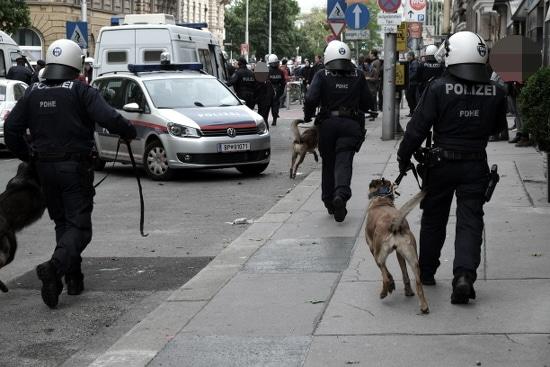 """""""Wir sind friedlich, was seid ihr?"""" - Polizeihundestaffel im Einsatz gegen wen?"""