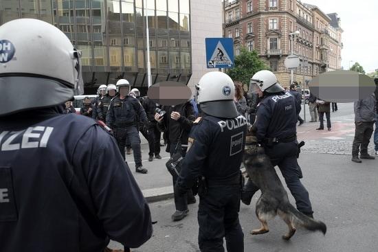 Polizisten attackieren mit Hunden Fotografen*