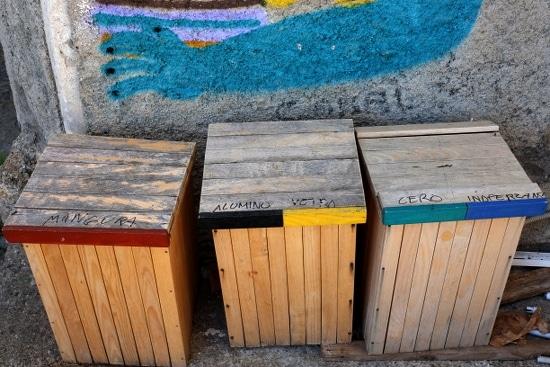 Separierte und farblich gekennzeichnete Abfallcontainer -Mülltrennung in Riace