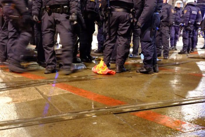 Militarisierte Polizei nach der Räumung einer Blockade
