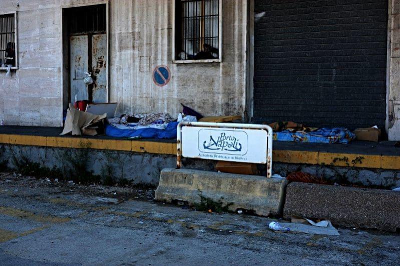 Those are the 'lucky' ones - Unterkunft von Flüchtenden im Hafen von Neapel