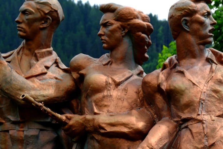 Antifaschistisches Monument zur Erinnerung an die auf der Saualpe gefallenen Partisan_innen. Ursprünglich in St. Rupprecht errichtet, wurde es 1953 von unbekannten Täter_innen gesprengt. Nachdem es die Behörden nicht wieder herstellten, wurde es am Peršmanhof 1983 auf Initiative der Kärntner Partisan_innen wieder errichtet.