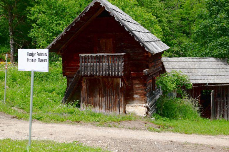 Die Bewohner_innen des Peršmanhof wurden ermordet oder überlebten nur durch Zufall, der Hof wurde angezündet. Dieses Wirtschaftsgebäude blieb erhalten.