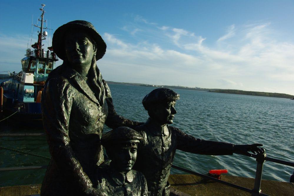 Monument für Annie Moore, die 1892 als erste Person über das Migrationsamt Ellis Island, NY, in die USA einreisen konnte (Cobh, Irland)