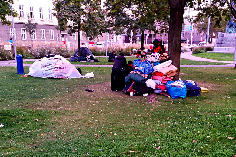"""Das Versagen des österreichischen Innenministeriums ist in den Straßen Wiens sichtbar: Geflüchtete übernachten in der Nähe des Westbahnhofs in """"Zelten"""", die sie aus Plastikfetzen errichteten. Die Nachttemperaturen sinken heute auf 7 bis 11 Grad."""