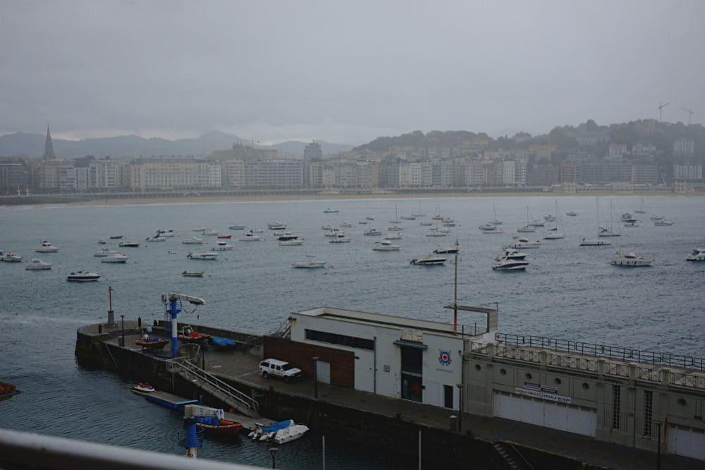 Blick über die regenwolkenverhangene Muschelbucht, Bahia de la Concha, Donostia.