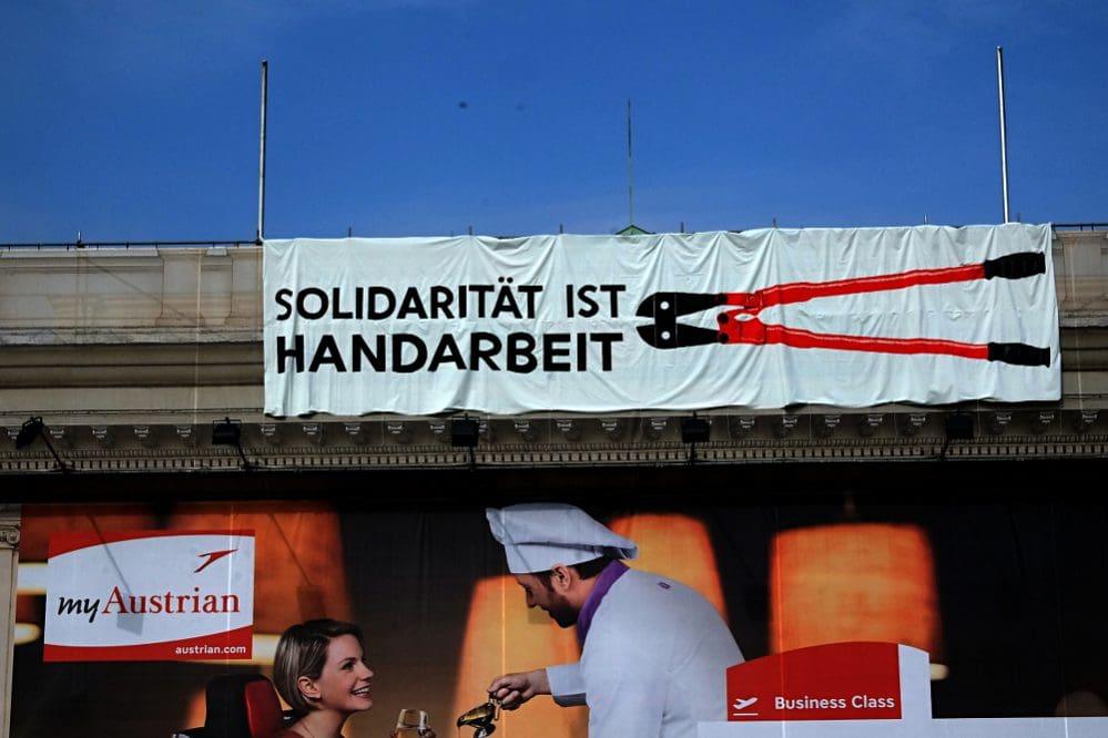 Solidarität ist Handarbeit - Transpi auf dem Wiener Künstlerhaus