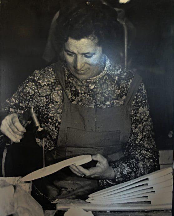 Arbeiterin in der Genossenschaft Union Sandalière (Fotoc: Museum Saint-Laurent-de-Cerdans)