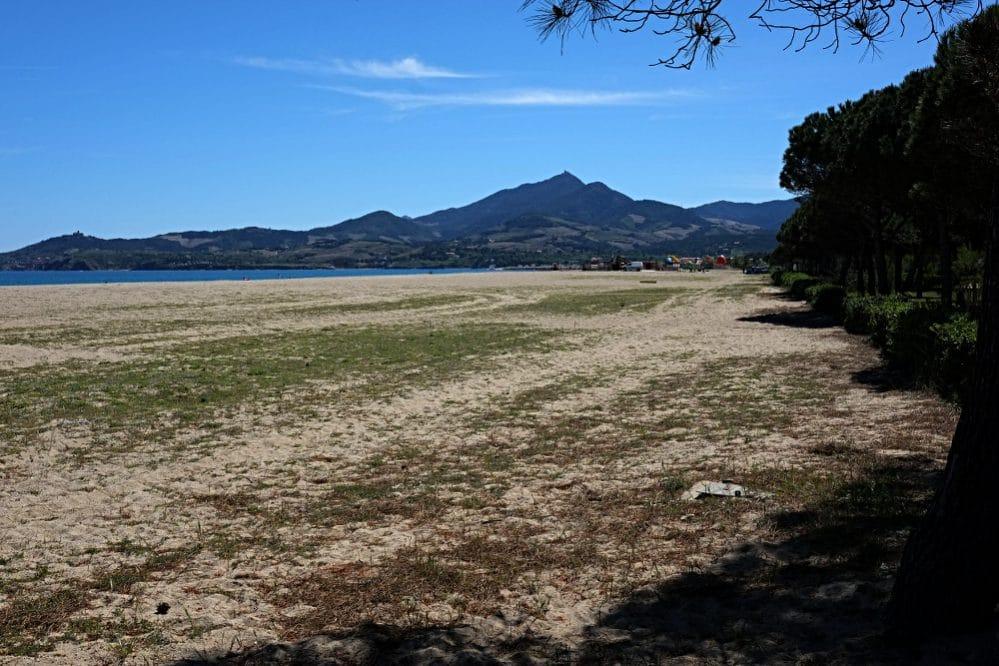 Der 10 Kilometer lange Sandstrand von Argelès-sur-Mer. Hier errichtete im Zuge der Retirada die linke französische Regierung das erste Internierungslager. Im Jänner 1939 wurde der Strand mit Stacheldraht in Rechtecke unterteilt. Erst Monate später wurden Latrinen gebaut.