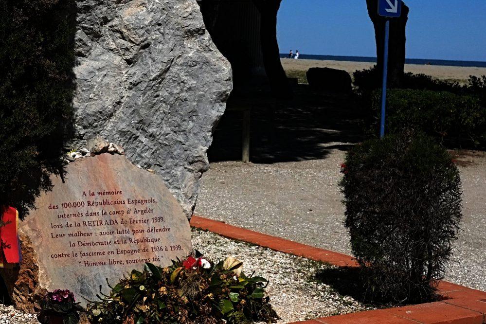 """Retirada-Monument in Argelès-sur-Mer: """"Ihr Unglück: Sie kämpften, um die Demokratie und die Republik gegen den spanischen Faschismus zu verteidigen. Freier Mensch, erinnere dich."""""""