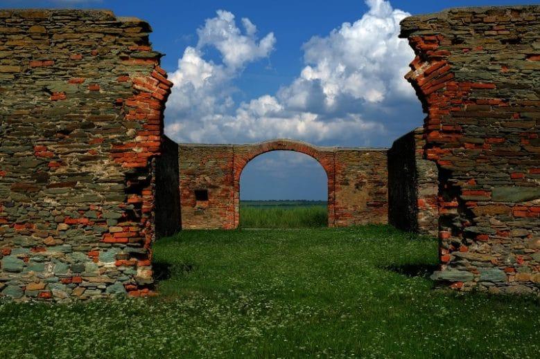 Ruinen des Kreuzstadls in Rechnitz in dessen Umgebung knapp vor der Befreiung durch die Sowjetarmee 200 ungarische Jüd_innen von Nazi-Schergen ermordet wurden.