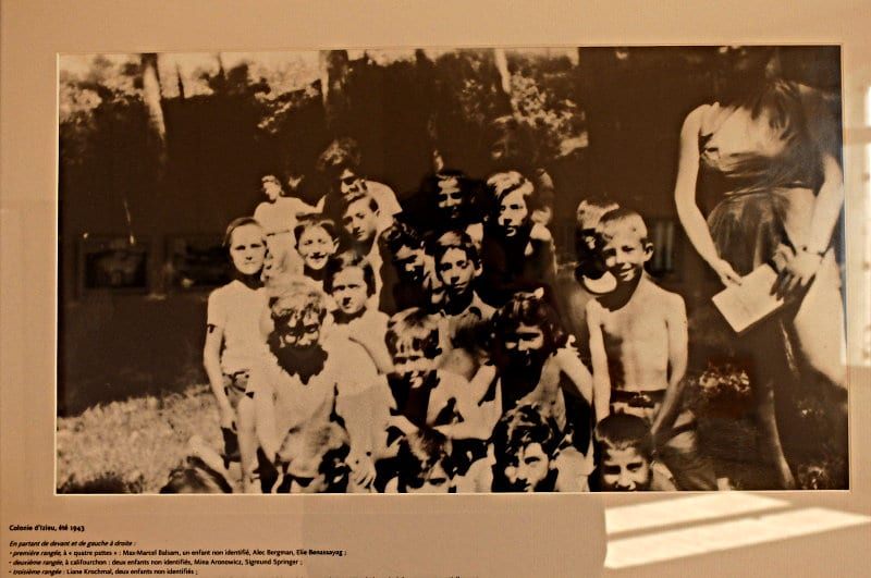 In einem einsam gelegenen Haus in Izieu im Osten Frankreichs wurden 44 jüdische Kinder versteckt. 42 von ihnen wurden im Nazi-Vernichtungslager Auschwitz ermordet. Das jüngste Kind war vier Jahre alt.