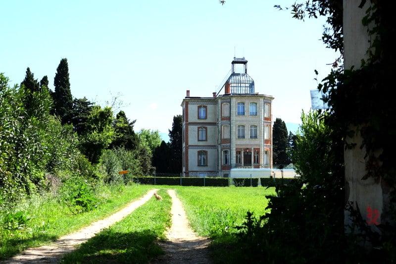 Die Maternité Suisse in Elne, vom nördlich vorbei laufenden Feldweg aus gesehen.
