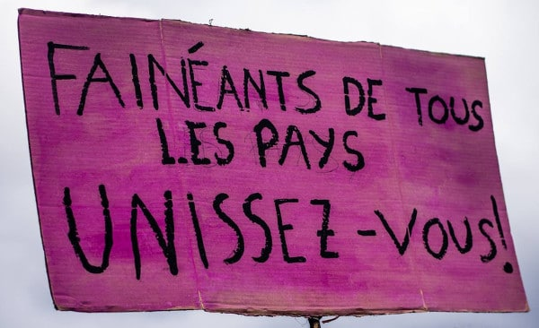 """Plakat auf der Demo gegen den neoliberalen Angriff auf das Arbeitsrecht (loi travail) in Frankreich. """"Faule aller Länder, vereinigt euch!"""" September 2017, Paris."""