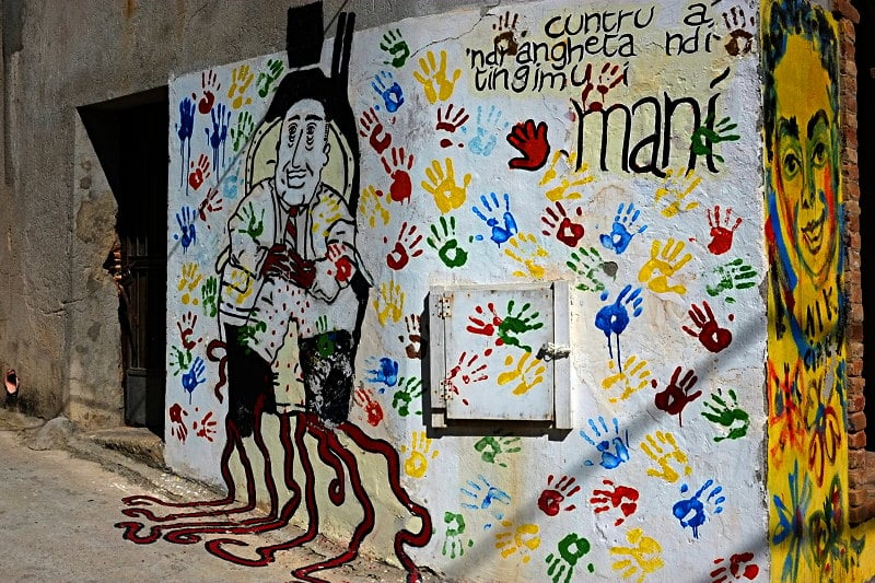 Nicht nur Antifa, auch gegen die Mafia bleibt es Handarbeit - Graffiti in Riace