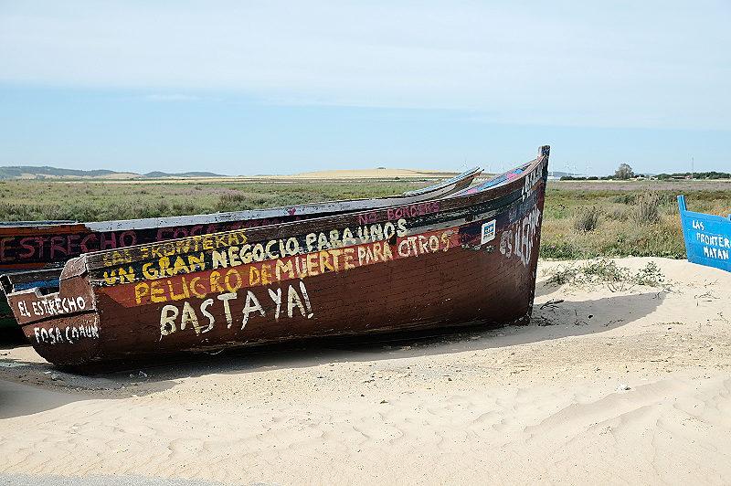 Die Grenzen. Ein großes Geschäft für die einen. Todesgefahr für die anderen. Es reicht! Graffitis auf Booten am Estrecho, der Straße von Gibraltar in der Region Spanien.