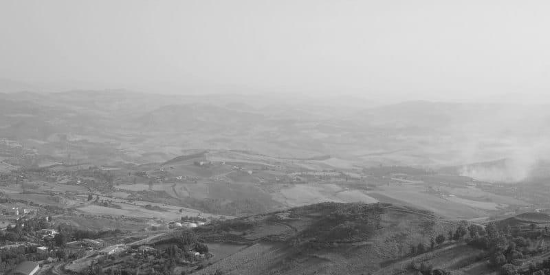 """""""Männer, Frauen und Kinder werden auf eine Art aufgeteilt, die an Nazi-Lager erinnert, Familien werden getrennt."""" Roberto Morassut, Demokratische Partei nach der unangekündigten Räumung eines Lagers in Castelnuovo di Porto in dem geflüchtete Personen untergebracht waren. Der Priester José Manuel Torres: """"Sie werden behandelt wie Vieh."""" Viele Refugees versuchten sich dem Abtransport zu entziehen und versuchten nach Rom zu entkommen. Nach dem Lager in Castelnuovo wurde das Lager nahe Mineo (Sizilien) geräumt - hier im Foto irgendwo in Dunst und Rauch, vielleicht auch hinter Erhebungen, verborgen…"""