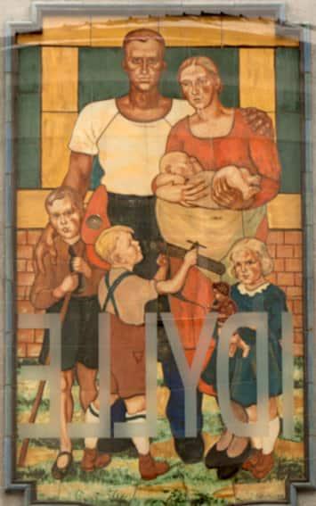 Vandalisierung eines Wiener Gemeindebaus durch den Nationalsozialismus, der sein reaktionäres Welt- und Familienbild dem Proletariat des Roten Wien vor die Augen mauerte. 2002 erfolgte endlich die Intervention mit Plexi und dem spiegelverkehrten Schriftzug IDYLLE durch Ulrike Lienbacher.