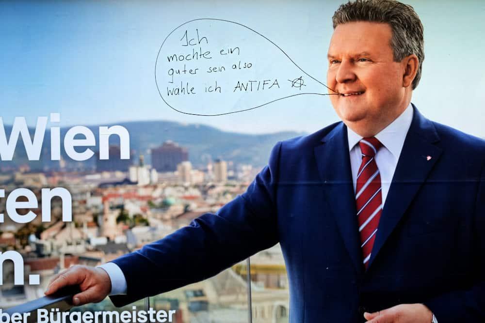 """SPÖ-Wahlplakat: Dem Kandidaten wird eine Sprechblase aufgemalt mit dem Text: """"Ich möchte ein Guter sein, also wähle ich ANTIFA"""""""