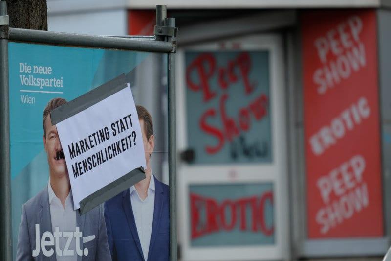Alternatives Wahlplakat über einem ÖVP-Plakat: Marketing statt Menschlichkeit? Die Wahl-Peep-Show der Partei des 1 Prozent.