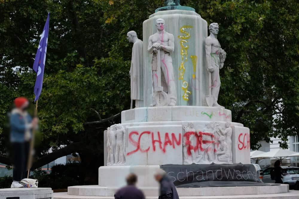 Schandwache beim Karl-Lueger-Denkmal. Eine Kunstaktion markierte das Denkmal für den Antisemiten Karl Lueger als das was es ist: Eine Schande für Wien.