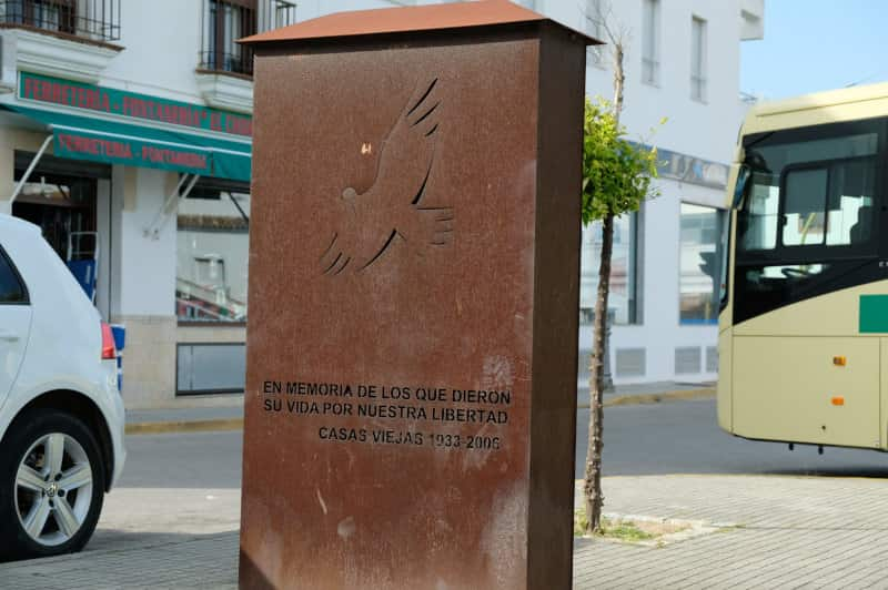 """""""In Erinnerung an die, die für unsere Freiheit ihr Leben gaben"""". Memorial an die ermordeten Anarchist_innen von Casas Viejas."""